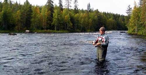 Рыбак в резиновом костюме