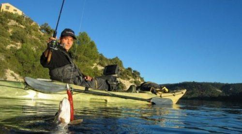 Мужчина рыбачит на лодке