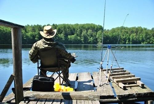 Рыбак на пирсе