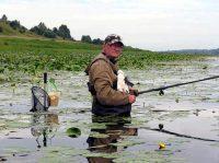 Рыбак ловит в воде