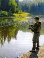 Рыбак ловит рыбу