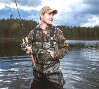 Рыбак в профессиональной одежде