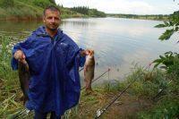 Рыбак с пойманной рыбой