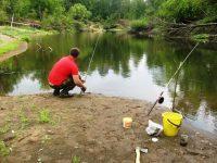 Рыбак расставляет спиннинги