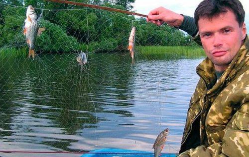 Рыбак держит экран