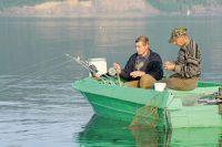 Рыбаки ловят с лодки