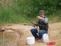 Мужчина рыбачит